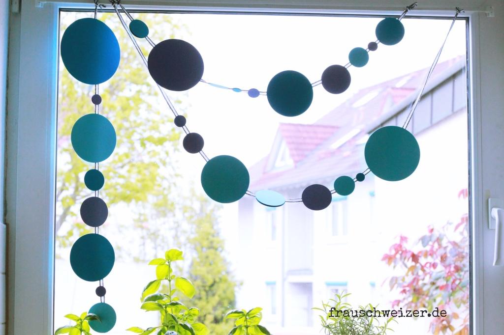 blaue fenster girlande fensterbild basteln frau schweizer. Black Bedroom Furniture Sets. Home Design Ideas