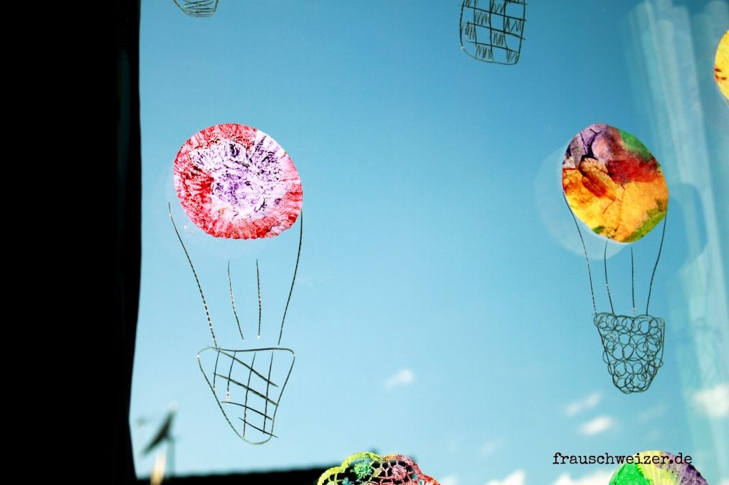 Fensterbild-Heißluftballo-nund-Regenschirme