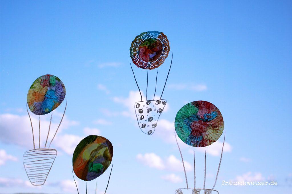 Fensterbild Heißluftballon und Regenschirme