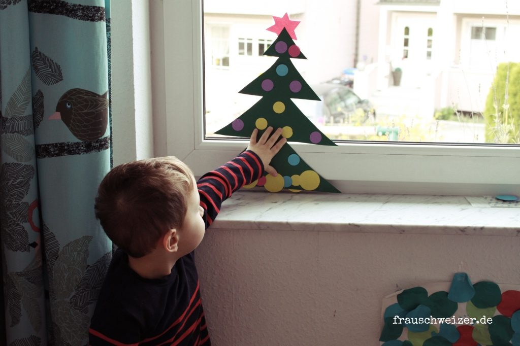 DIY-kleinkinder-Fensterdeko-Tannenbaum-Weihnachten