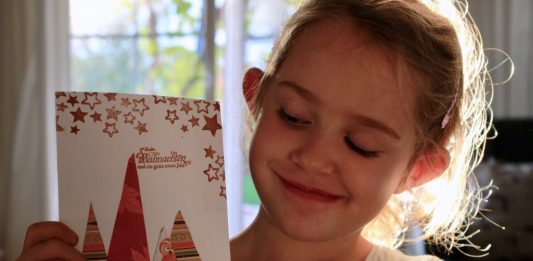 Emma bastelt eine Weihnachtskarte