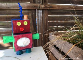 kinder-bauen-roboter-aus-karton