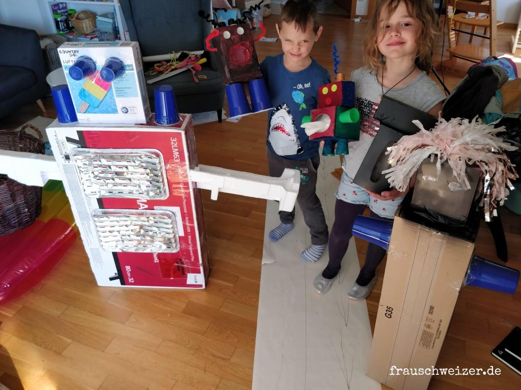 Kinder basteln einen Roboter