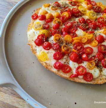 Tomaten-und-mozzarella-fladenbrot