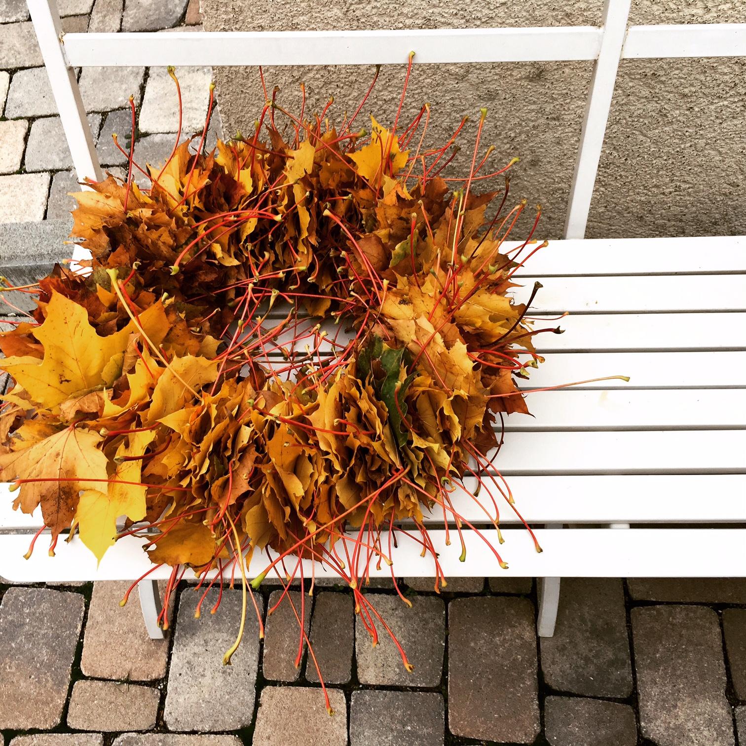 Herbstkranz aus Blättern