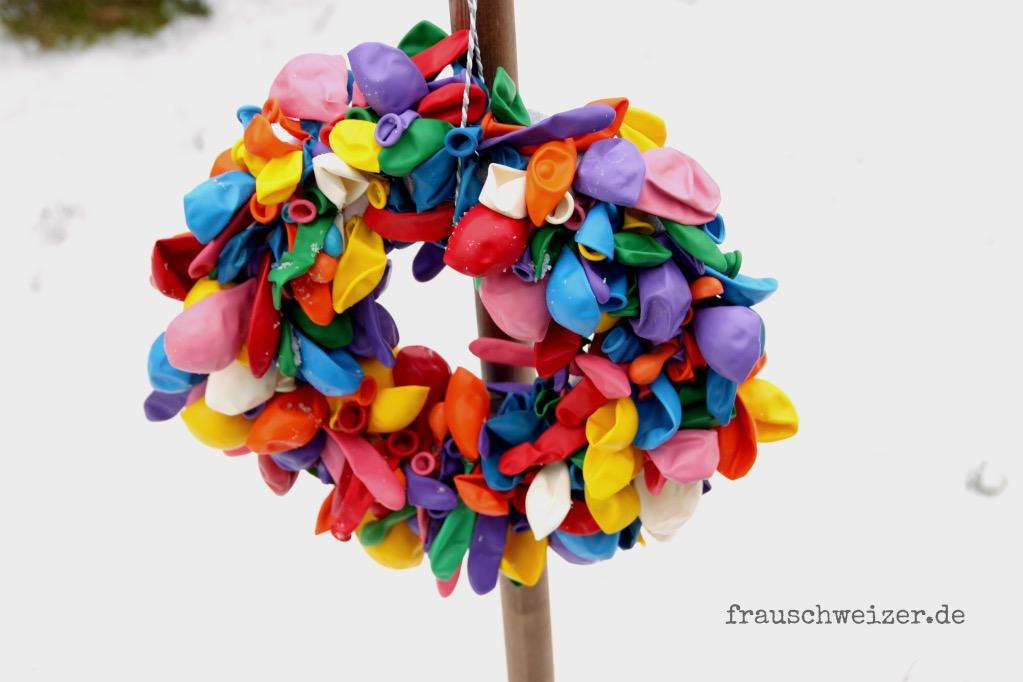 DIY- Anleitung: Wie bastelst du einen bunten Luftballonkranz 2