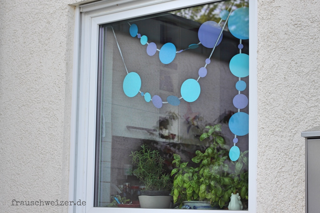 Fensterbild blaue Girlande aussen