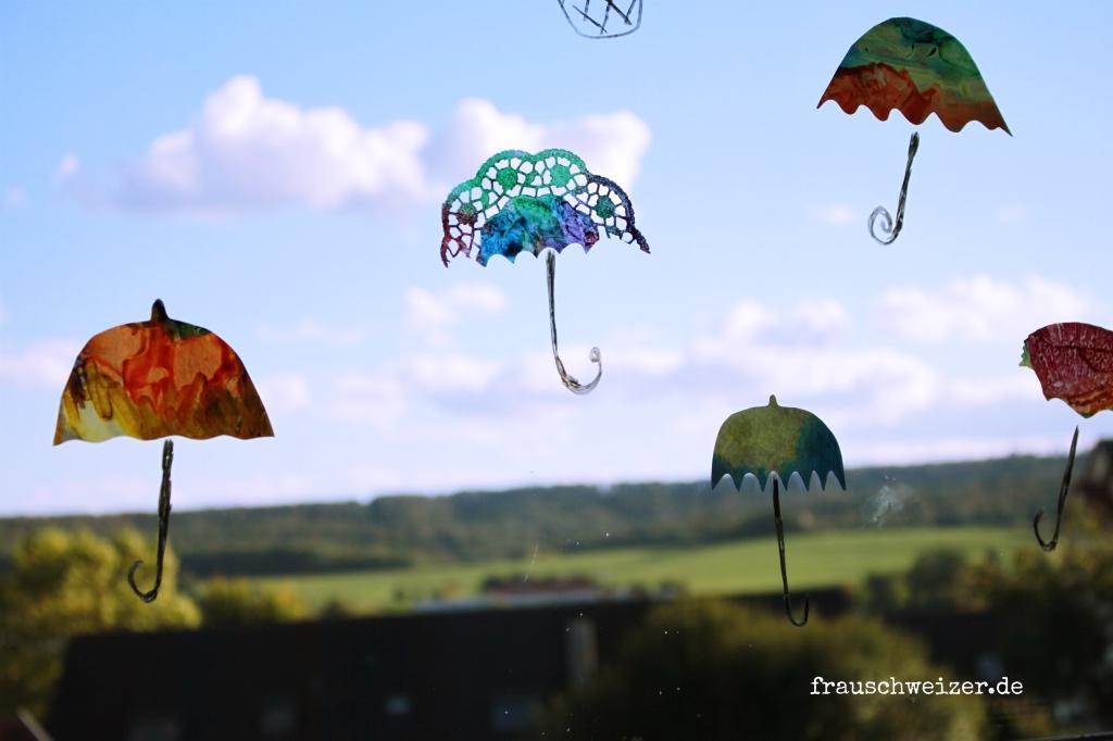 Fensterbild hei luftballon und regenschirme selber basteln - Herbst fensterdeko ...