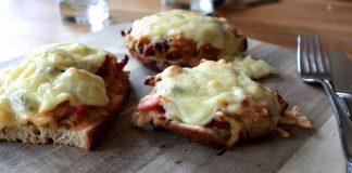 Winteressen Sauerkraut Brot mit Speck und Kaese