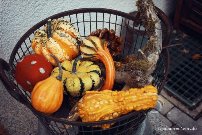 Herbstdeko, dekoration vor der haustuere